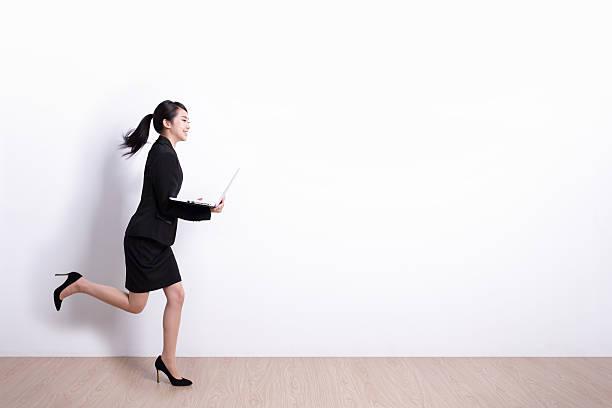 ビジネスの女性を実行します。 - 女性会社員 ストックフォトと画像