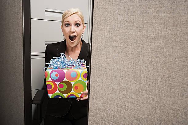 business frau schockiert von heute - geburtstagsgeschenke für beste freundin stock-fotos und bilder