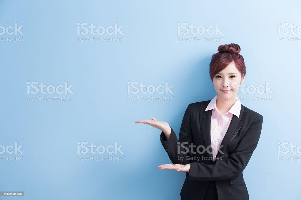 ビジネスの女性が何かを表示 ストックフォト