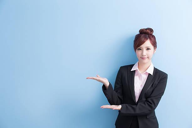 ビジネスの女性が何かを表示 - 挨拶 ストックフォトと画像