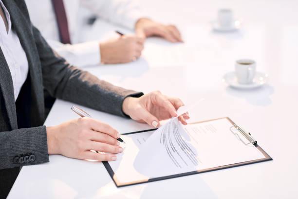 Business-Frau, ein Dokument unterzeichnet. – Foto
