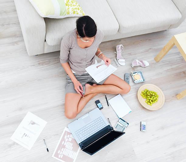 Business-Frau sitzt mit laptop im Haus und neben dem sofa – Foto