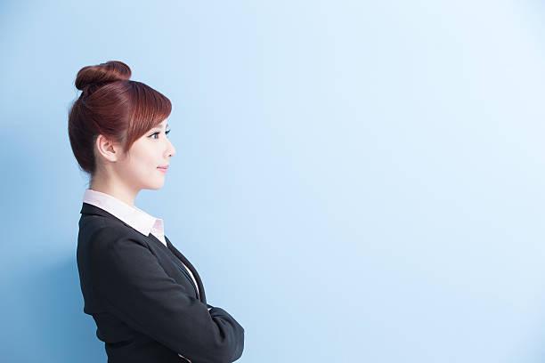 女性実業家笑顔を - 女性 横顔 日本人 ストックフォトと画像