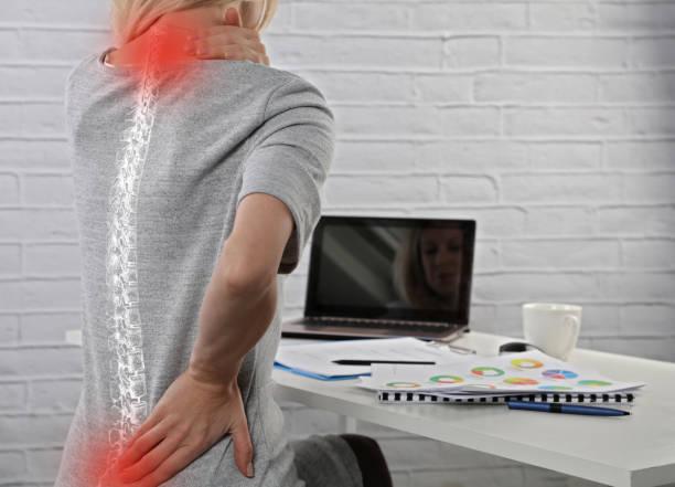 geschäftsfrau, die unter rückenschmerzen leiden. falsch sitzen haltungsschäden. schmerzlinderung, chiropraktik-konzept. - rückenschmerzen beim sitzen stock-fotos und bilder