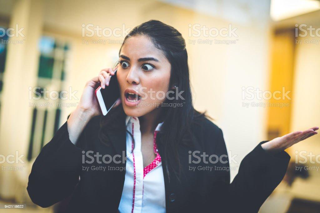 Mujer de negocios hablando con su teléfono móvil - foto de stock