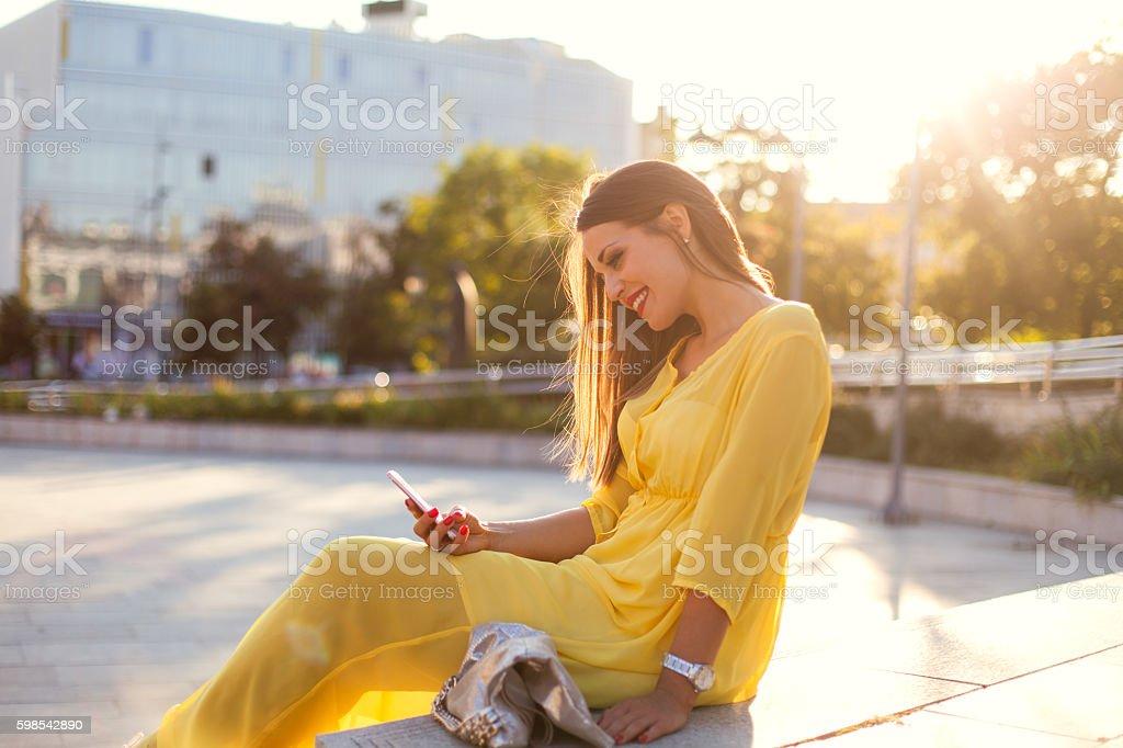 Femme d'affaires en utilisant un téléphone photo libre de droits