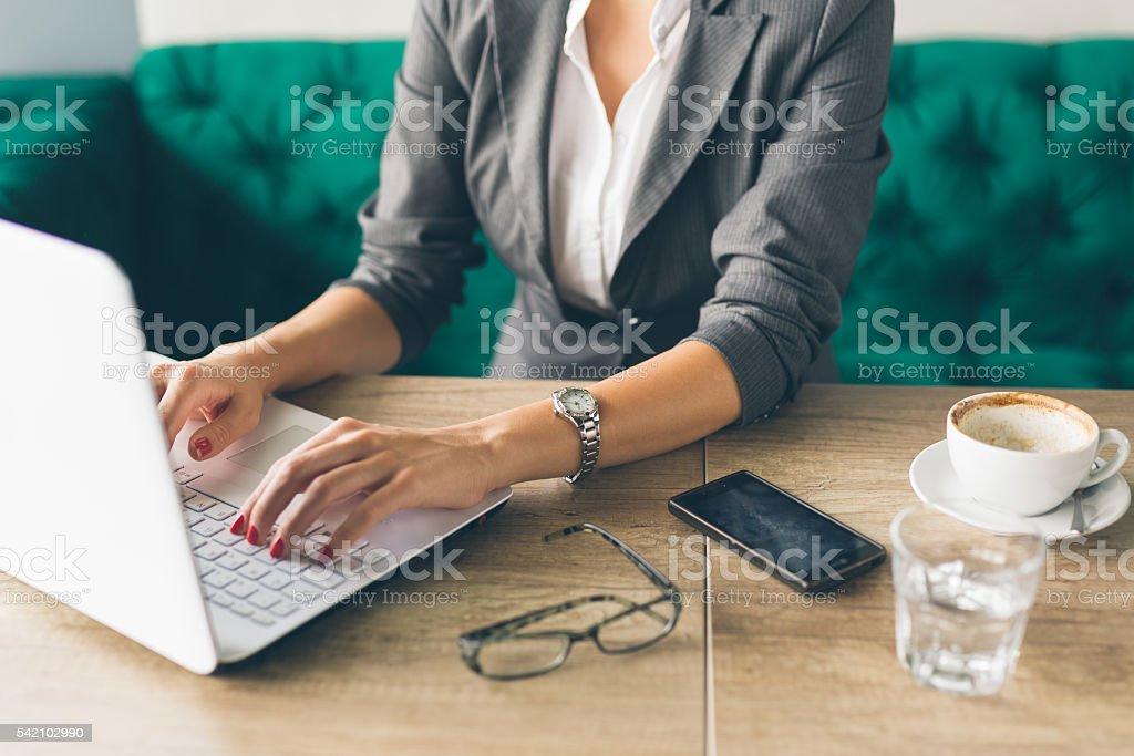 Femme d'affaires à l'aide d'un ordinateur portable - Photo