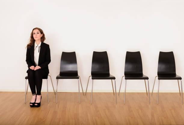 geschäftsfrau warten auf ihre biegen sie - outfit vorstellungsgespräch stock-fotos und bilder