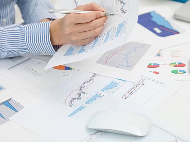 business-frau, die kontrollen meeting-materialien - lernfortschrittskontrolle stock-fotos und bilder