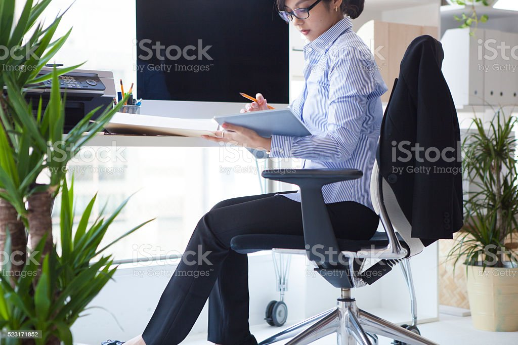 Business woman who has been confirmed to the documentation