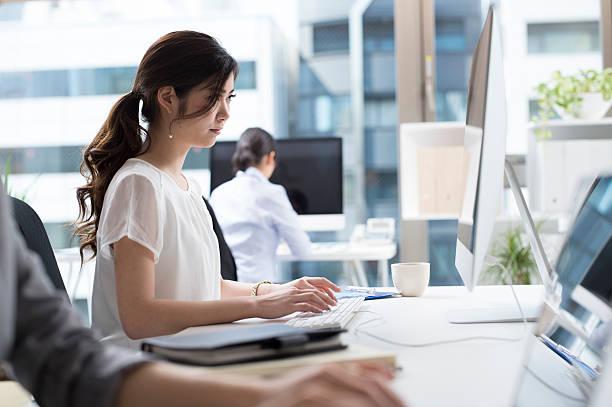 女性実業家いるオフィスの - オフィスワーク ストックフォトと画像