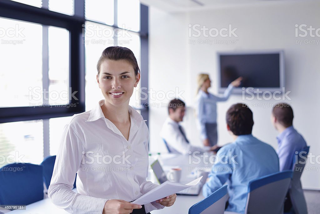 business-Frau mit Ihren Mitarbeitern im Hintergrund im Büro – Foto