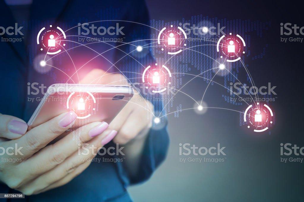 Business-Frau mit Ihrem Smartphone in der hand Anschluss an Mensch und Technik – Foto