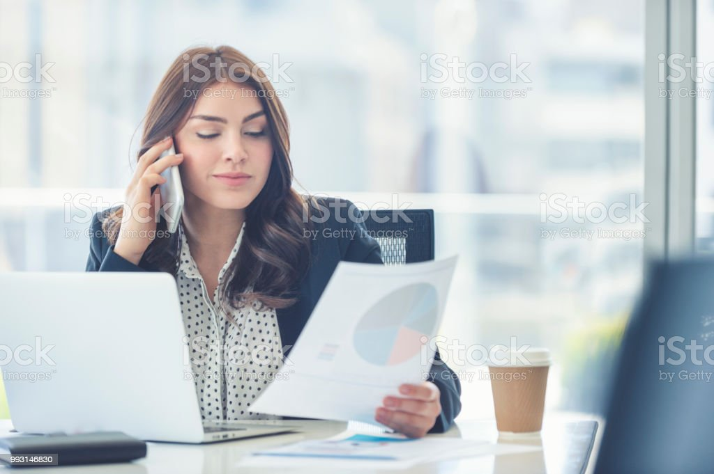 Business-Frau arbeiten und telefonieren mit einem Handy. – Foto