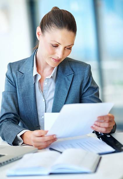Business-Frau, die im Büro-Schreibtisch – Foto