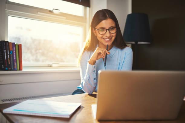 business-frau, die im büro - gute webseiten stock-fotos und bilder