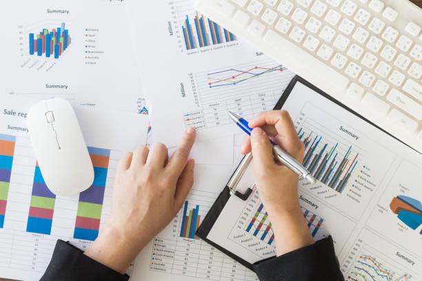 business-frau im büro mit dokumenten arbeiten - lesen arbeitsblätter stock-fotos und bilder