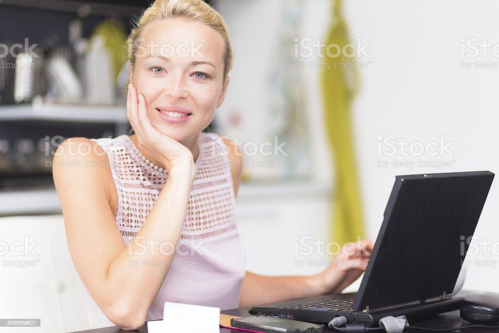 businessfrau die arbeit von zu hause stockfoto und mehr. Black Bedroom Furniture Sets. Home Design Ideas