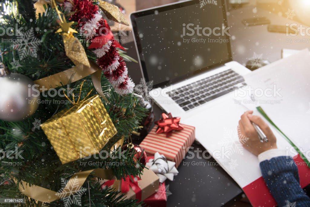 Business-Frau arbeitet an der Rezeption Büro Konzept Büro Weihnachten und glückliches neues Jahr. – Foto