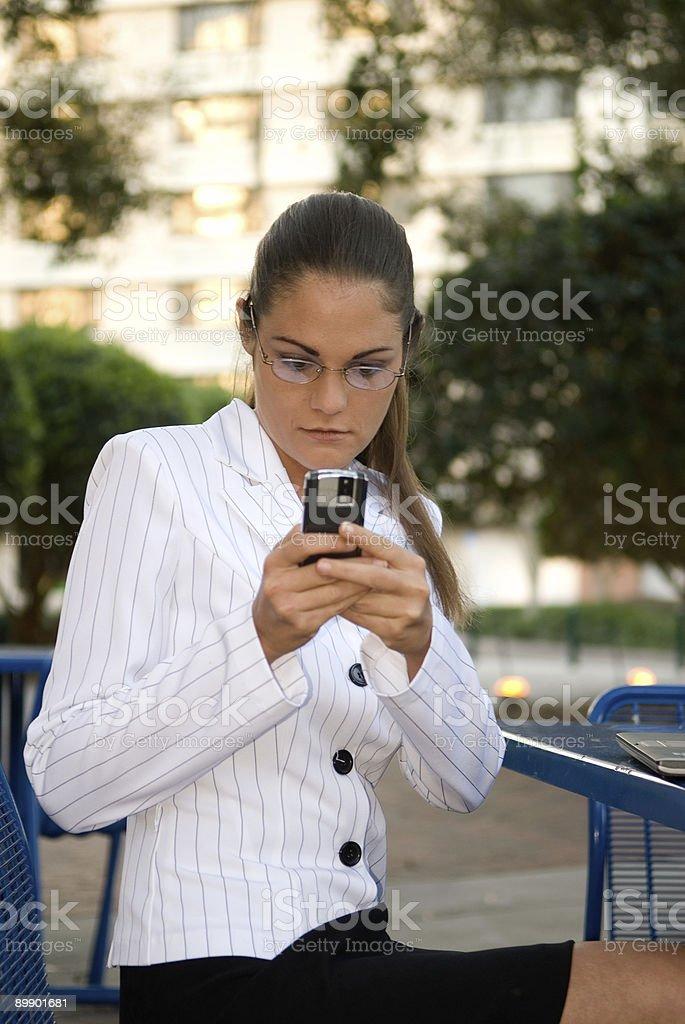 Mujer de negocios trabajando en su teléfono móvil al aire libre foto de stock libre de derechos