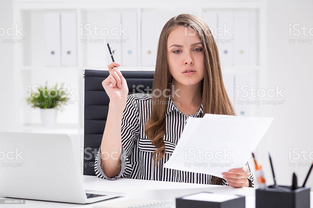 Femme d'affaires travaillant avec des documents photo libre de droits