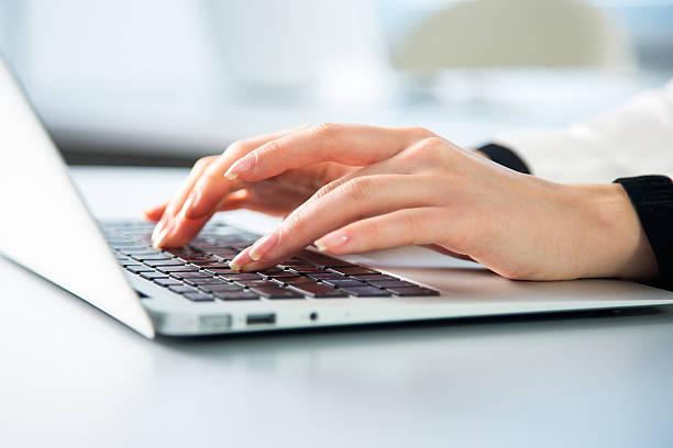Business womantyping on laptop computer - foto de stock