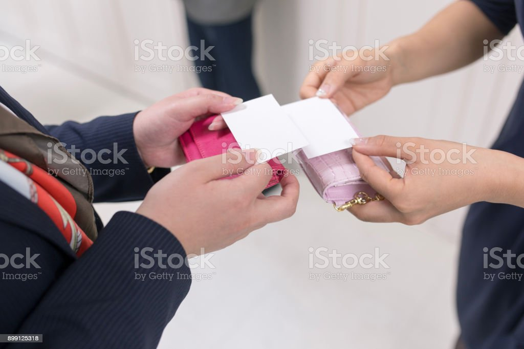 名刺交換のビジネス女性 - 25-29歳のロイヤリティフリーストックフォト