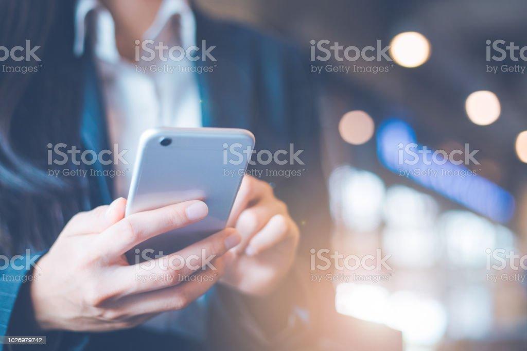 商務女性手在辦公室使用手機。 - 免版稅互聯網圖庫照片