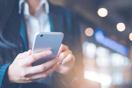 商務女性手在辦公室使用手機 照片檔及更多 互聯網 照片