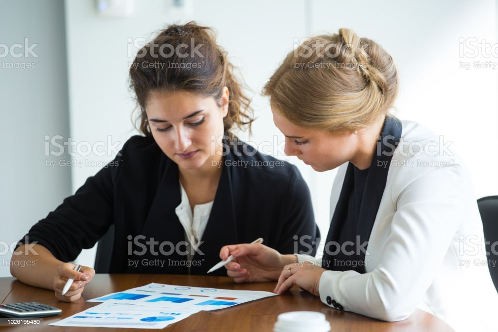Business-Frauen arbeiten mit Diagrammen – Foto
