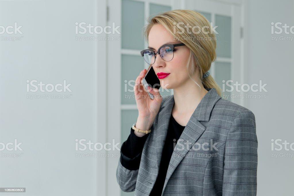 Unternehmen junge schöne Frau am Telefon sprechen – Foto