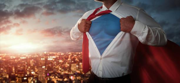 Geschäftsmann, der sich wie ein Superheld verhält – Foto