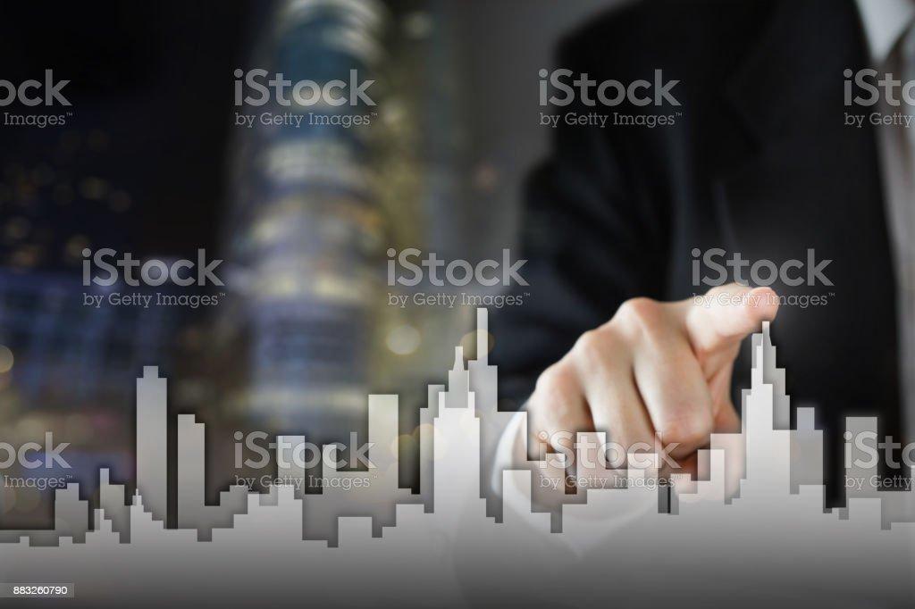 Hombre de negocios activar proceso de crecimiento, elegir casa, inmobiliaria concepto de ciudad. Horizonte de mano pulsando el icono de la casa en la pantalla virtual. Concepto de negocio, tecnología, internet y redes. Copia espacio - foto de stock