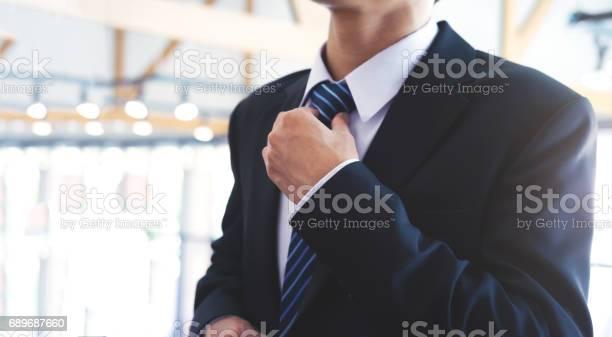 Geschäftsmann Seine Krawatte Anpassen Stockfoto und mehr Bilder von Anpassen