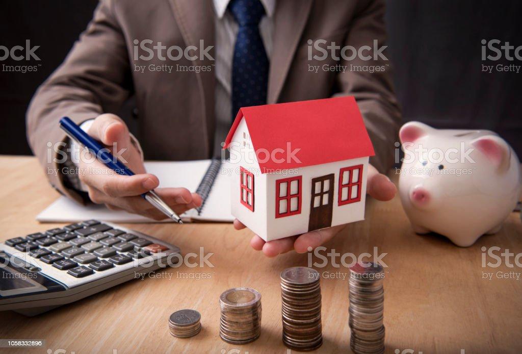 Geschäftsmann Agenten bieten Verkauf nach Hause. Konzept marketing Grundbesitzes. – Foto