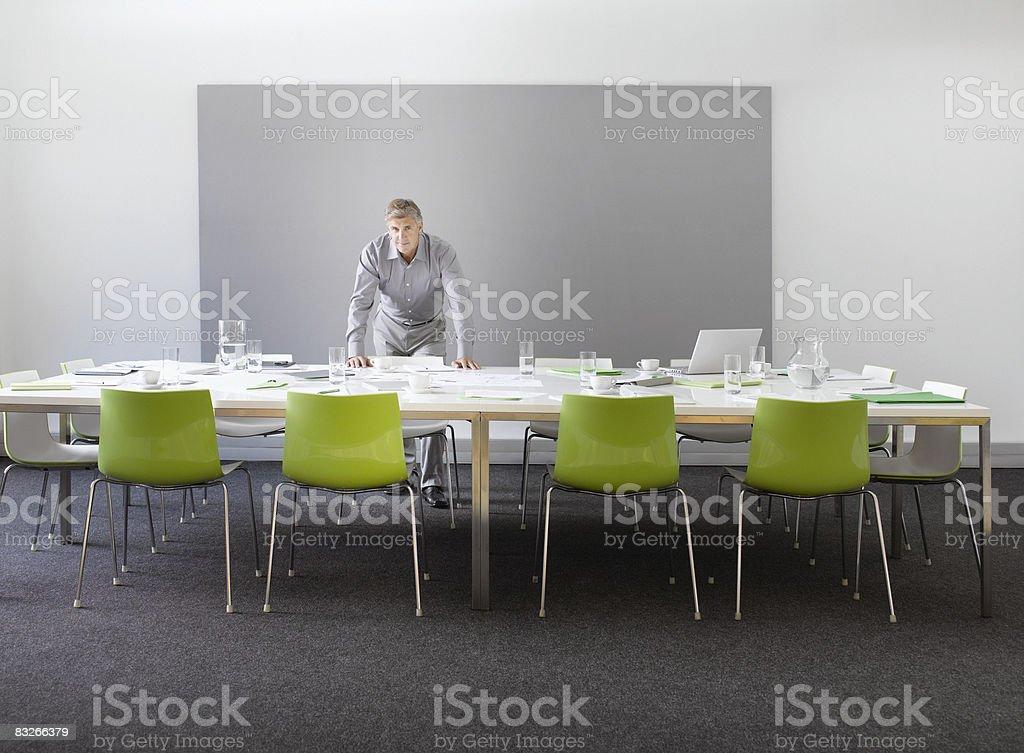 Uomo d'affari in una sala conferenze da solo foto stock royalty-free