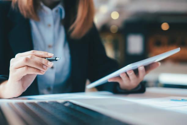 Geschäftsmann analysiert Anlagemarketing-Daten. – Foto