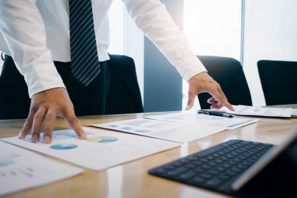 geschäftsmann analysiert investitionsmarketingdaten. - leitende position stock-fotos und bilder