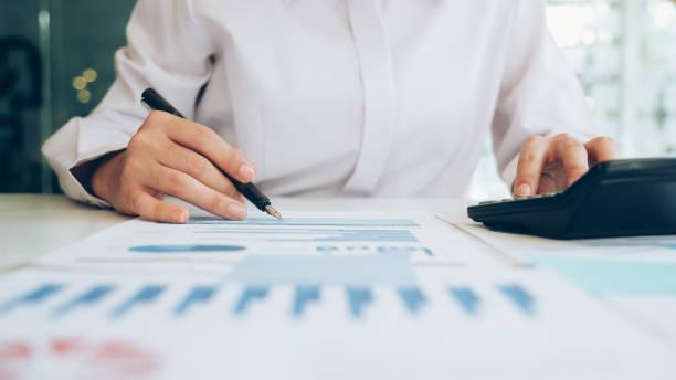 Geschäftsmann analysiert Investitionsmarketingdaten. – Foto