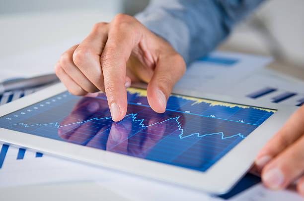 geschäftsmann analysieren diagramm - börsenhandel finanzberuf stock-fotos und bilder