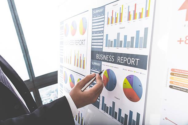Geschäftsmann Investitionen Diagramme analysieren.   Buchhaltung  – Foto