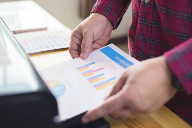 Geschäftsmann Analyse Investitionen Diagramme und Business-Plan mit Drucker. Buchhaltung, drucken Business Leute Planung Strategie Analyse Office Konzept, Vintage Farbe – Foto