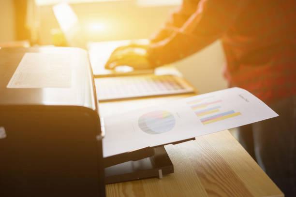 Businessman analysiert Anladiagramme und Businessplan mit Drucker. Buchhaltung, Business People Planning Strategy Analyse Office Print-Konzept, Vintage-Farbe – Foto