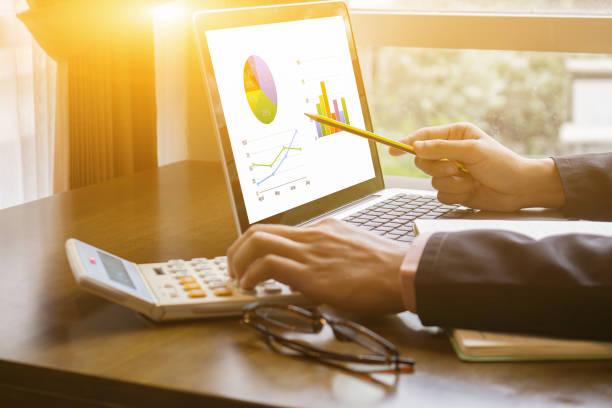 Geschäftsmann Analyse Investitionen Charts mit Rechner Laptop. Buchhaltung und Technik im Büro. Geschäftsleute, die mit Laptop im Büro, Analyze plans.selective Fokus, Vintage Farbe – Foto