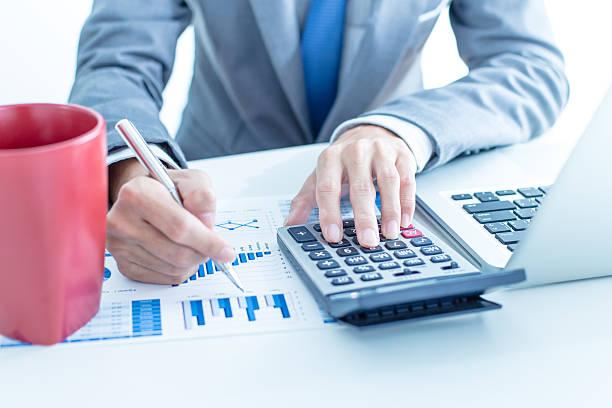 Geschäftsmann mit laptop Investitionen Diagramme analysieren.   Buchhaltung – Foto