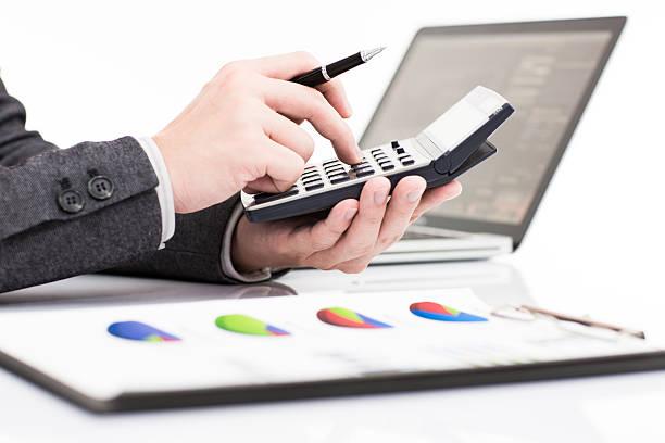 Geschäftsmann mit laptop Investitionen Diagramme Analysieren – Foto