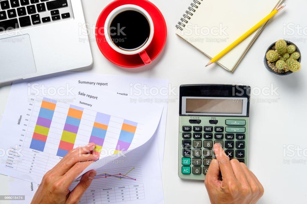 Zakenman analyseren investeringen grafieken met laptop - Royalty-free Aan het werk Stockfoto