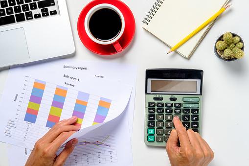 Zakenman Analyseren Investeringen Grafieken Met Laptop Stockfoto en meer beelden van Aan het werk