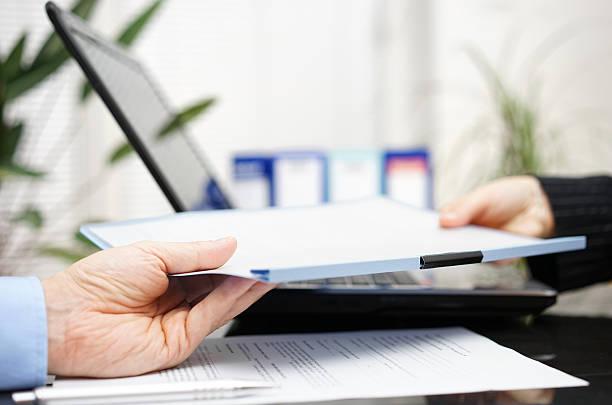 Geschäftsmann und Geschäftsfrau stehen austauschen Dokument oder Vertrag – Foto