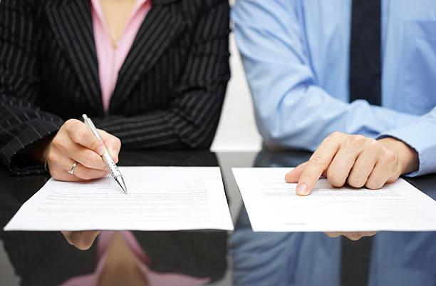 Geschäftsmann und Geschäftsfrau stehen Inspektion Vertrag – Foto